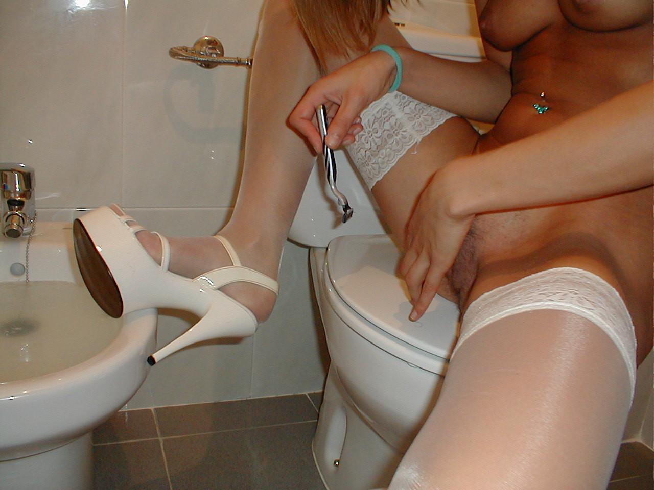 Жена бреет киску