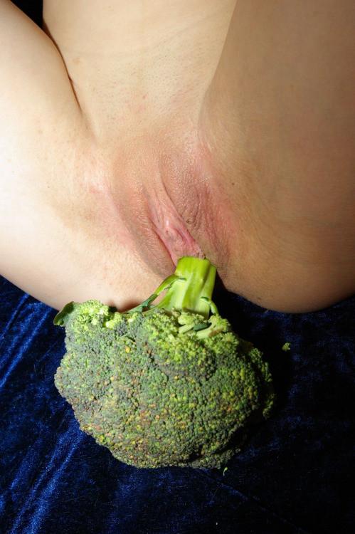 Голодная девушка любит зеленые овощи