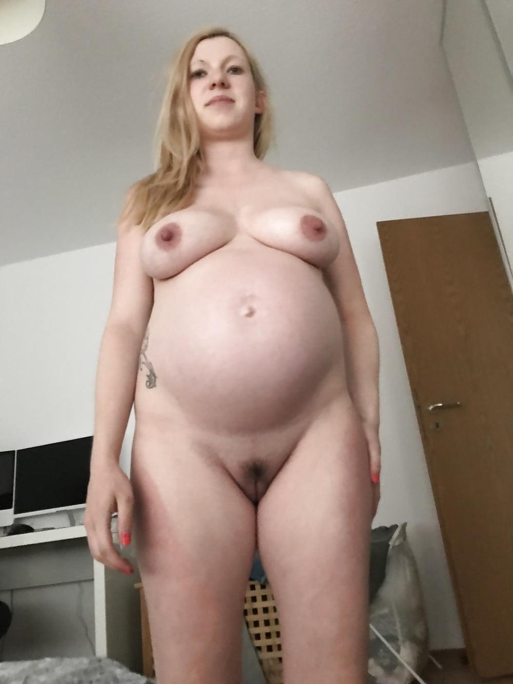 Голая беременная блондинка сосет хуй