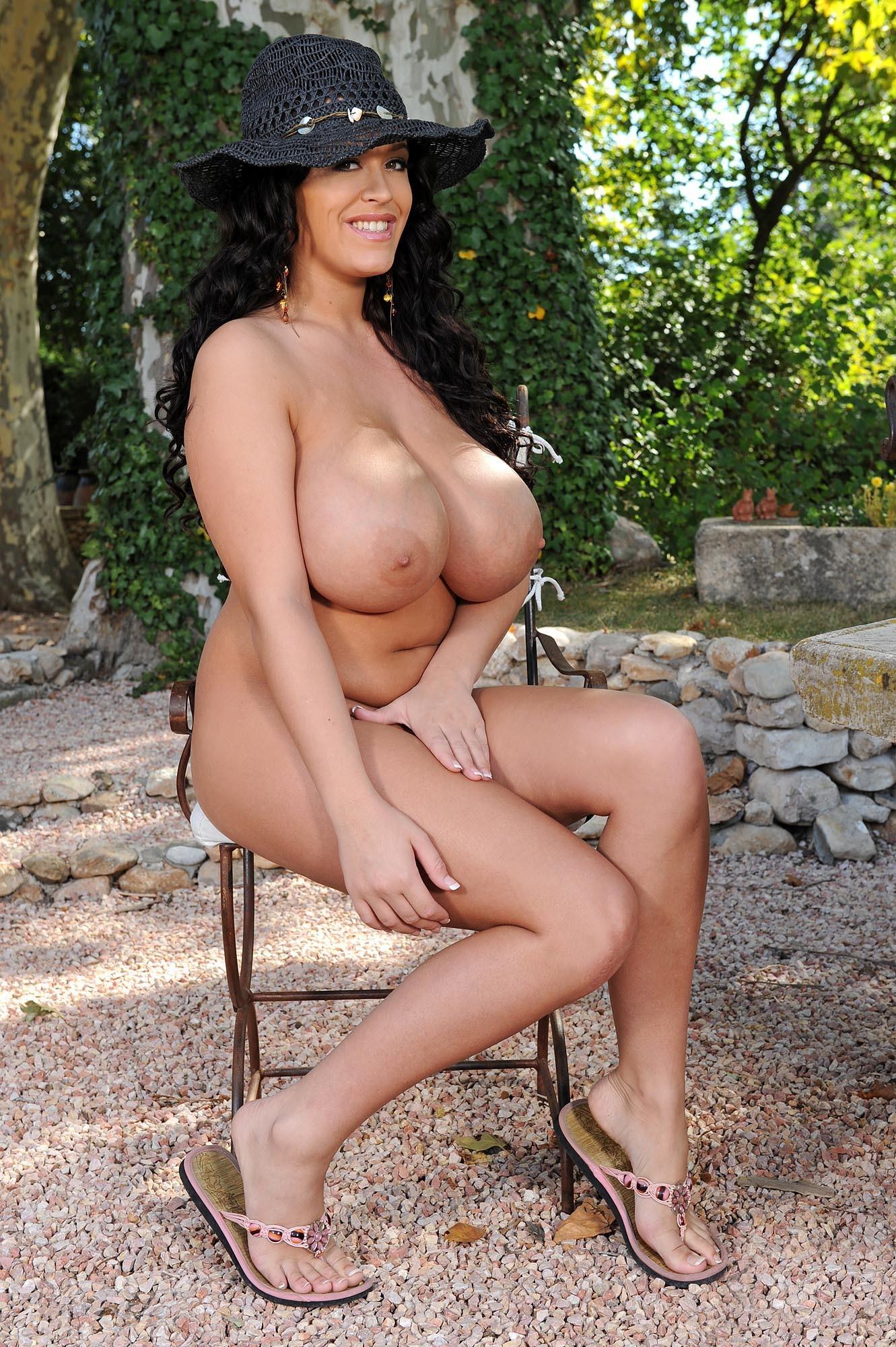 Леанна оголяет сочную грудь в саду