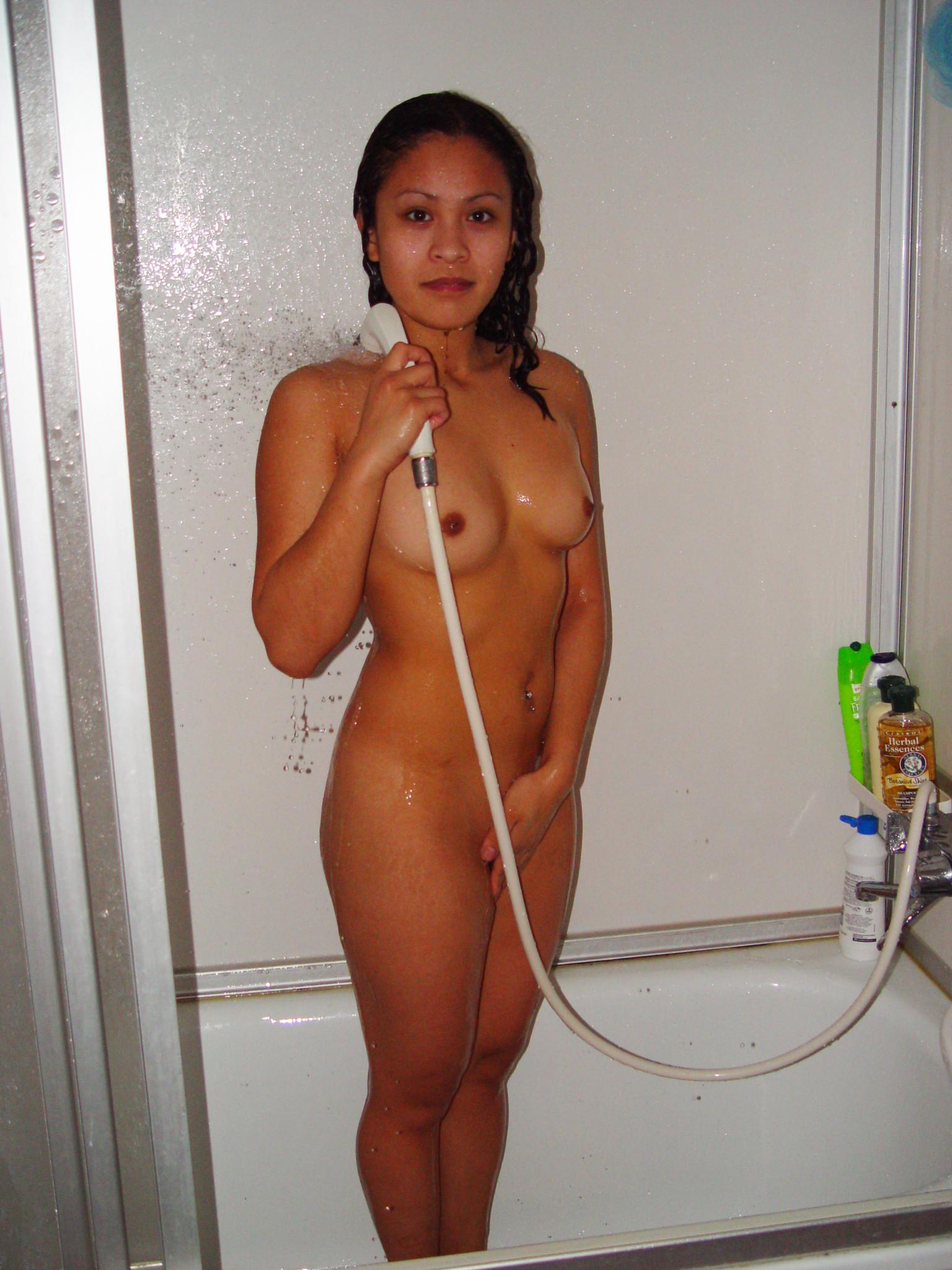 Молодая азиатка приняла душ перед сексом с европейцем