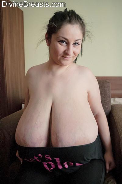Огромный бюст пожилой брюнетки Элис