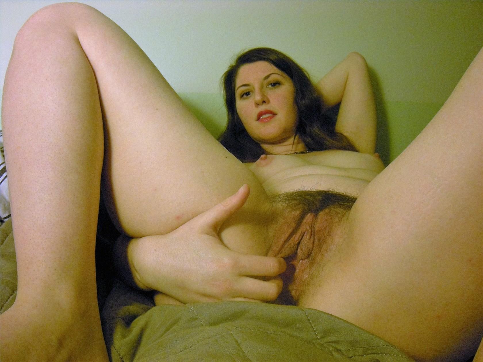 Великолепная телка показывает широкую попку и половые губы