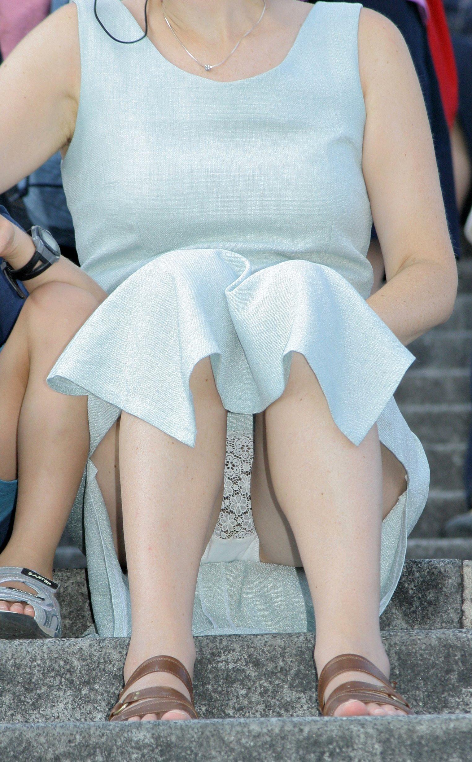 Под юбками можно разглядеть трусики