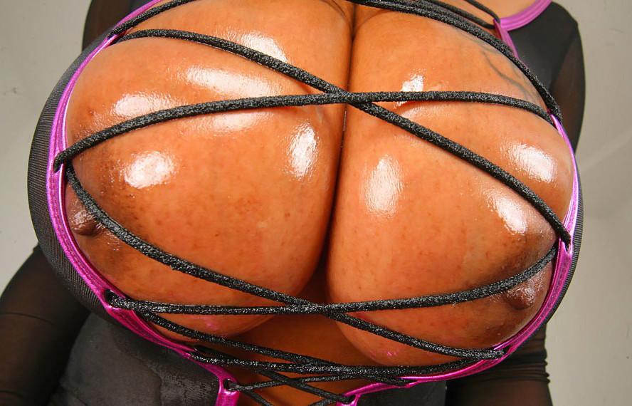 Кармен Хэйс вывалила огромную грудь и лизнула свой соск