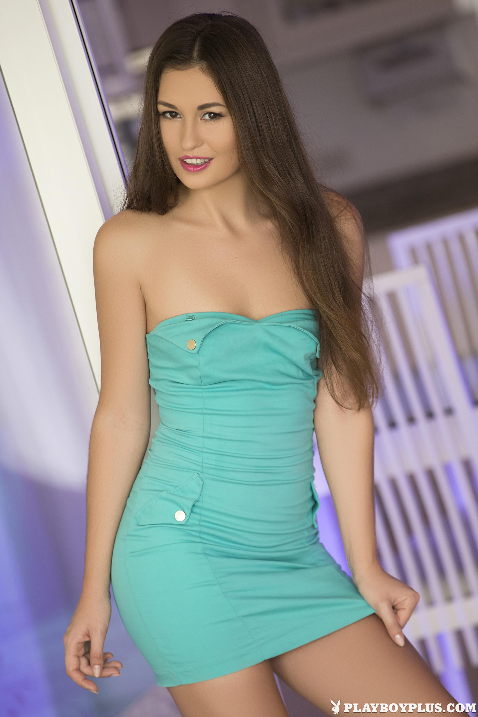 Деми Фрей в лазурном платье