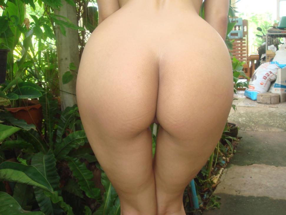 Голая азиатская милаха в саду