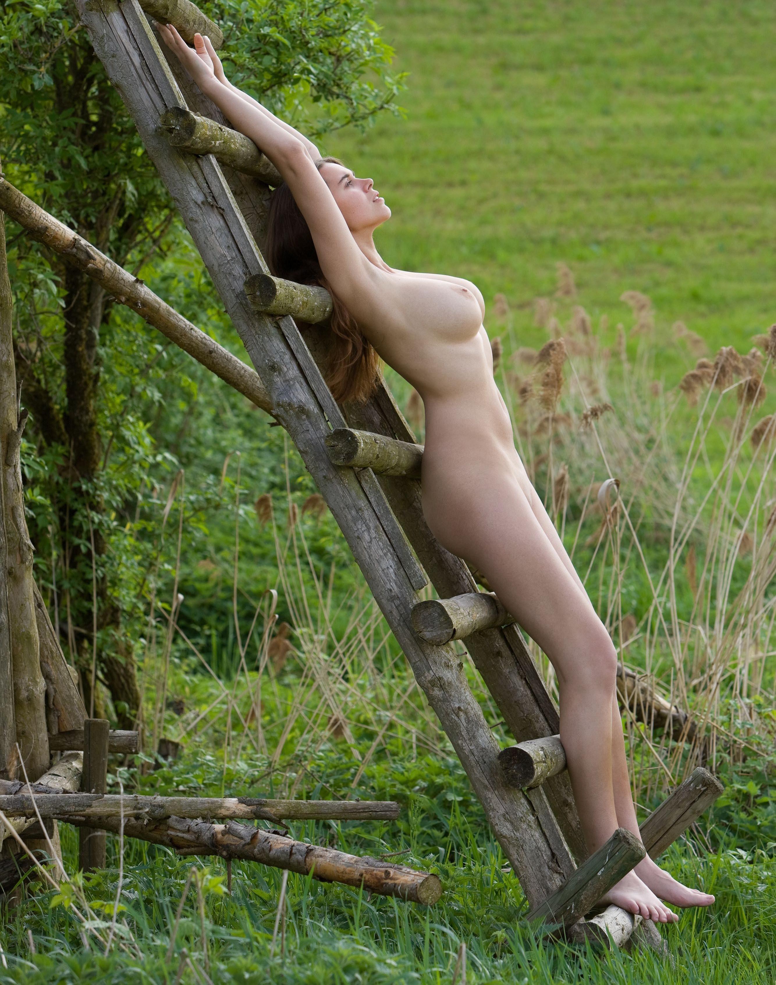 Грудастая Каролина в деревне