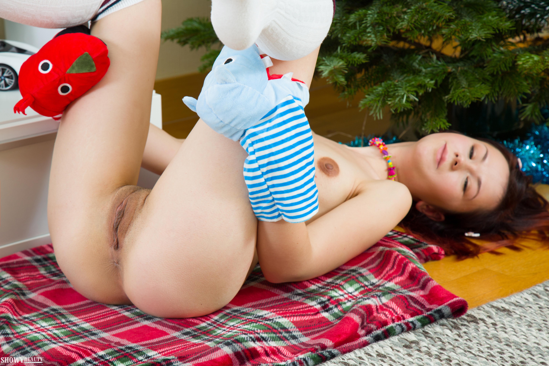Пизда молодой девушки с маленькой грудью