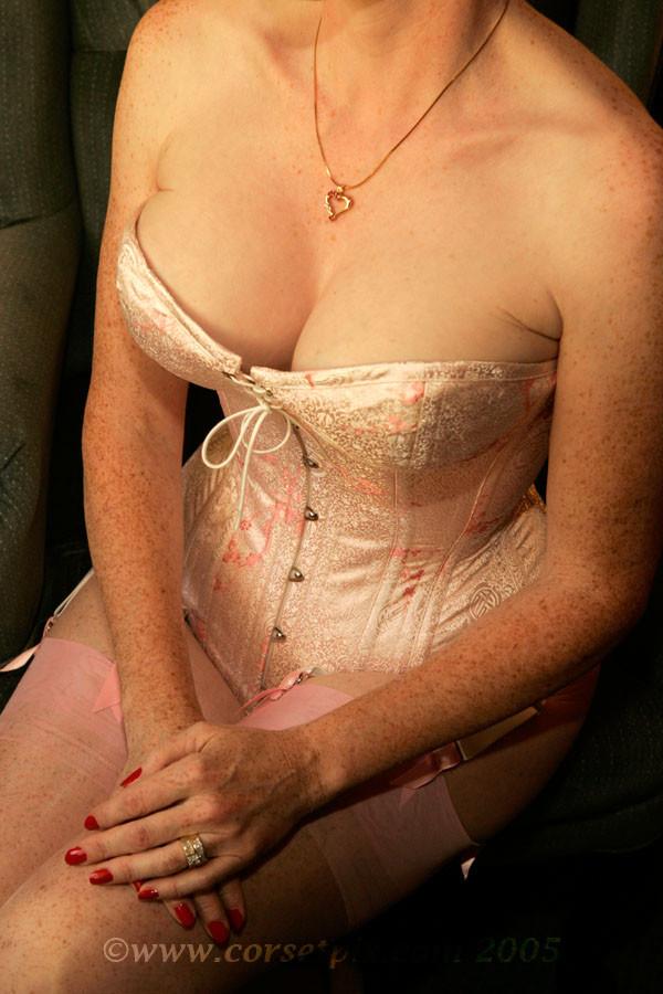 Пожилая в розовом корсете