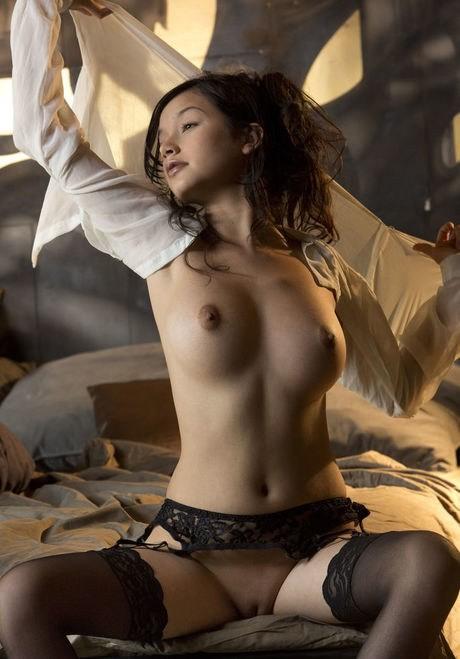 Бритая азиатская красотка