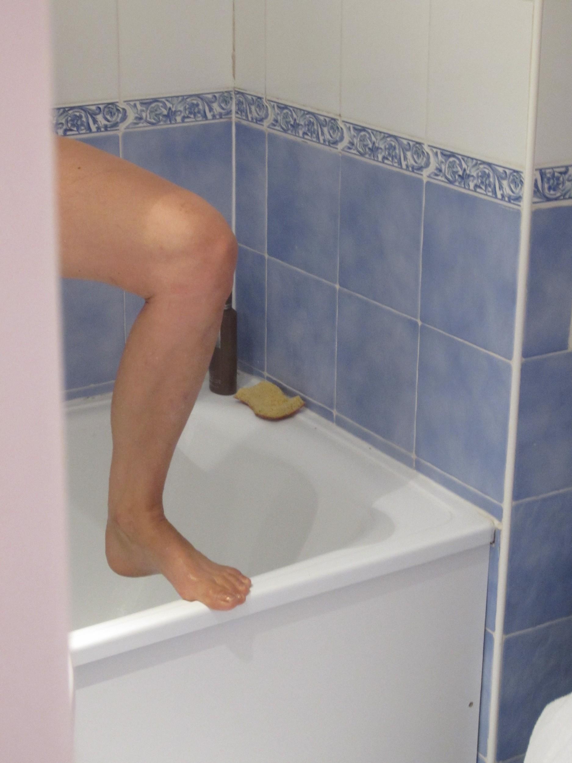 Немка бреет киску в ванной