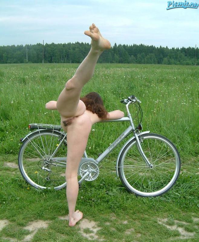 Милфа катается голая на велосипеде