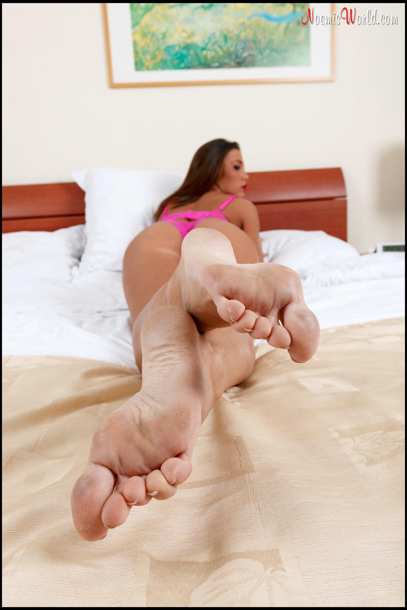 Красивые ступни длинноногой Лесли