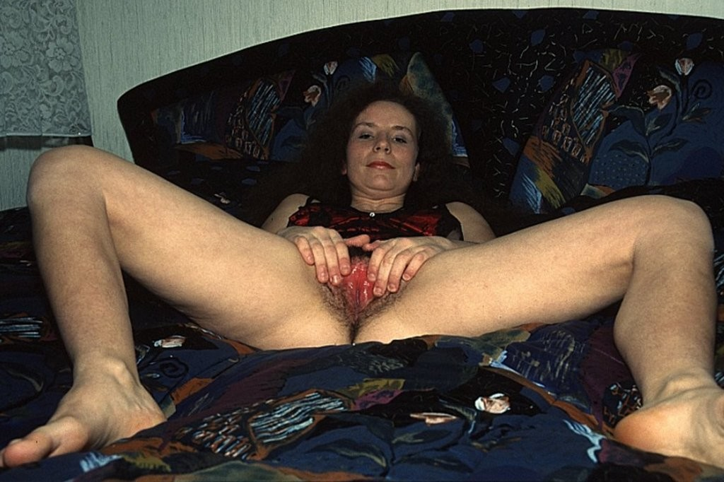 Зрелая дама показывает волосню между ног