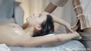 Девушка пришла не только на массаж