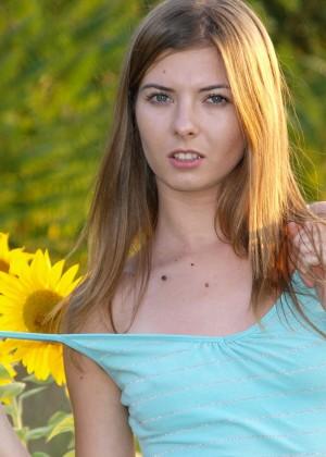 Офелия показывает маленькие сиськи в поле подсолнухов