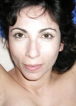 Женщина с волосатыми подмышками сосет хуй