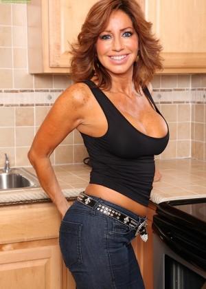 Тара Холидей гладит свою пизду на кухне