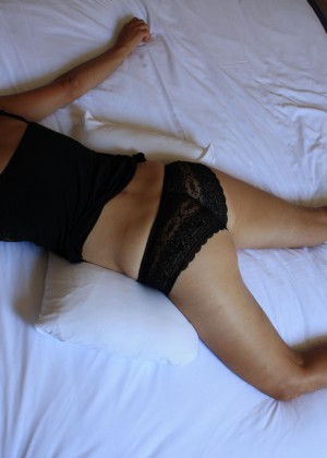 Стеснительная немка голая в постели в разных позах