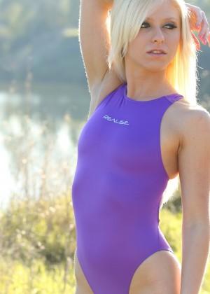 Блондинка в фиолетовом купальнике