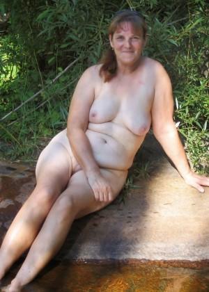 Пожилая жена разделась в лесу