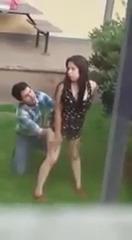 Пьяная девка дала полизать мужику прямо на улице