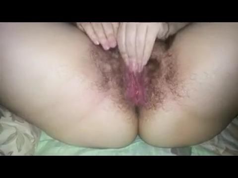Супруга гладит волосатую пизду