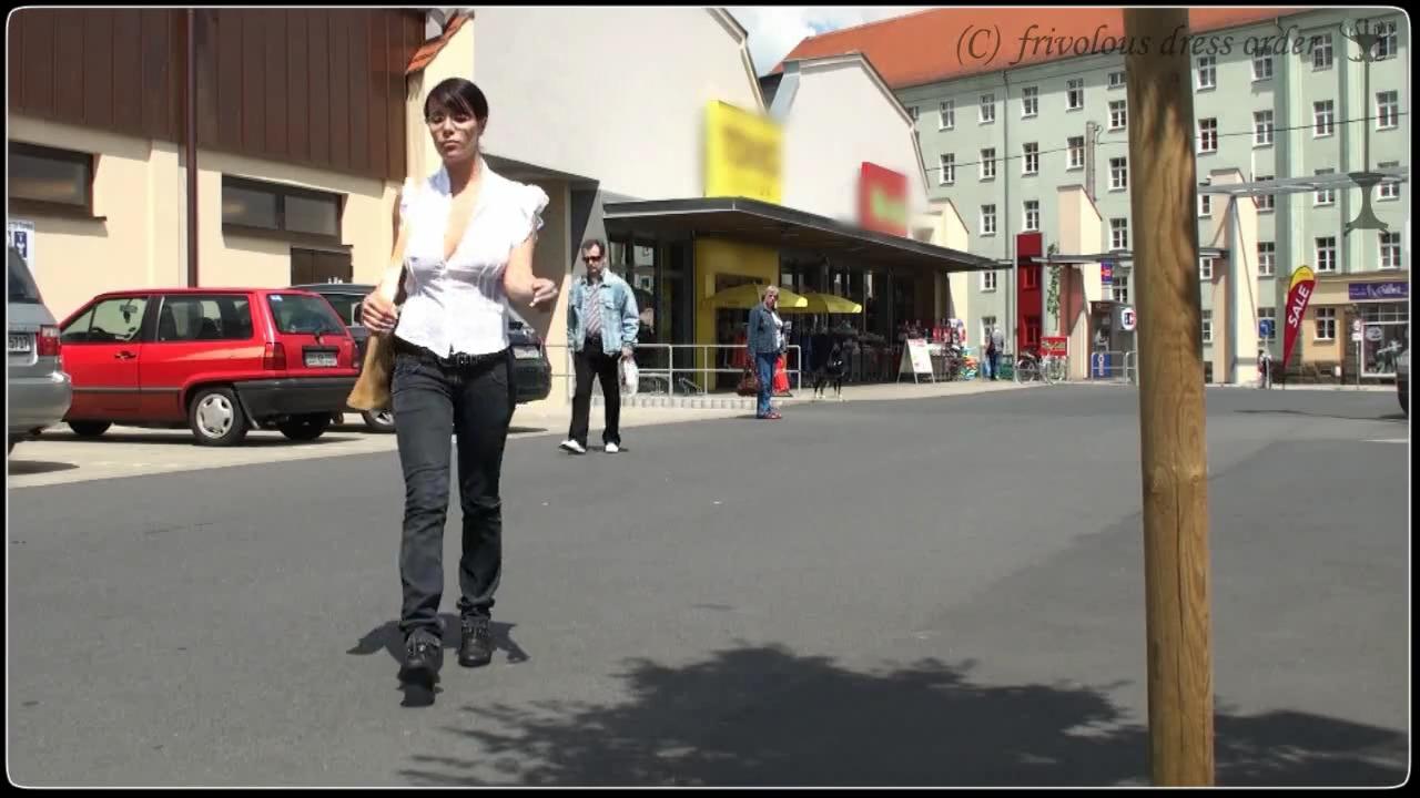Гуляет в прозрачной белой блузке без лифчика