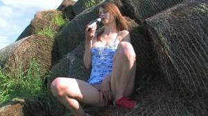 Beata мастурбирует пивной бутылкой на сеновале