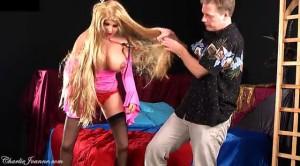 Нерешительный мужик раздевает резиновую куклу