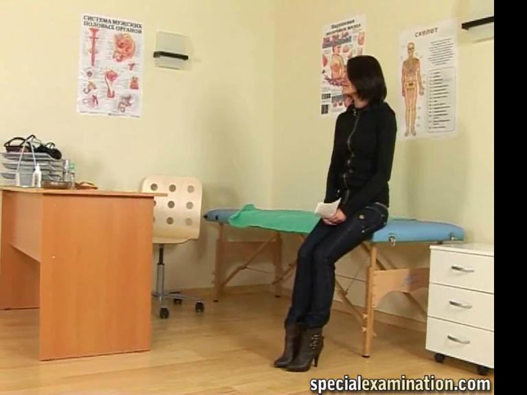 Красивая девушка на медосмотре у строго женщины врача