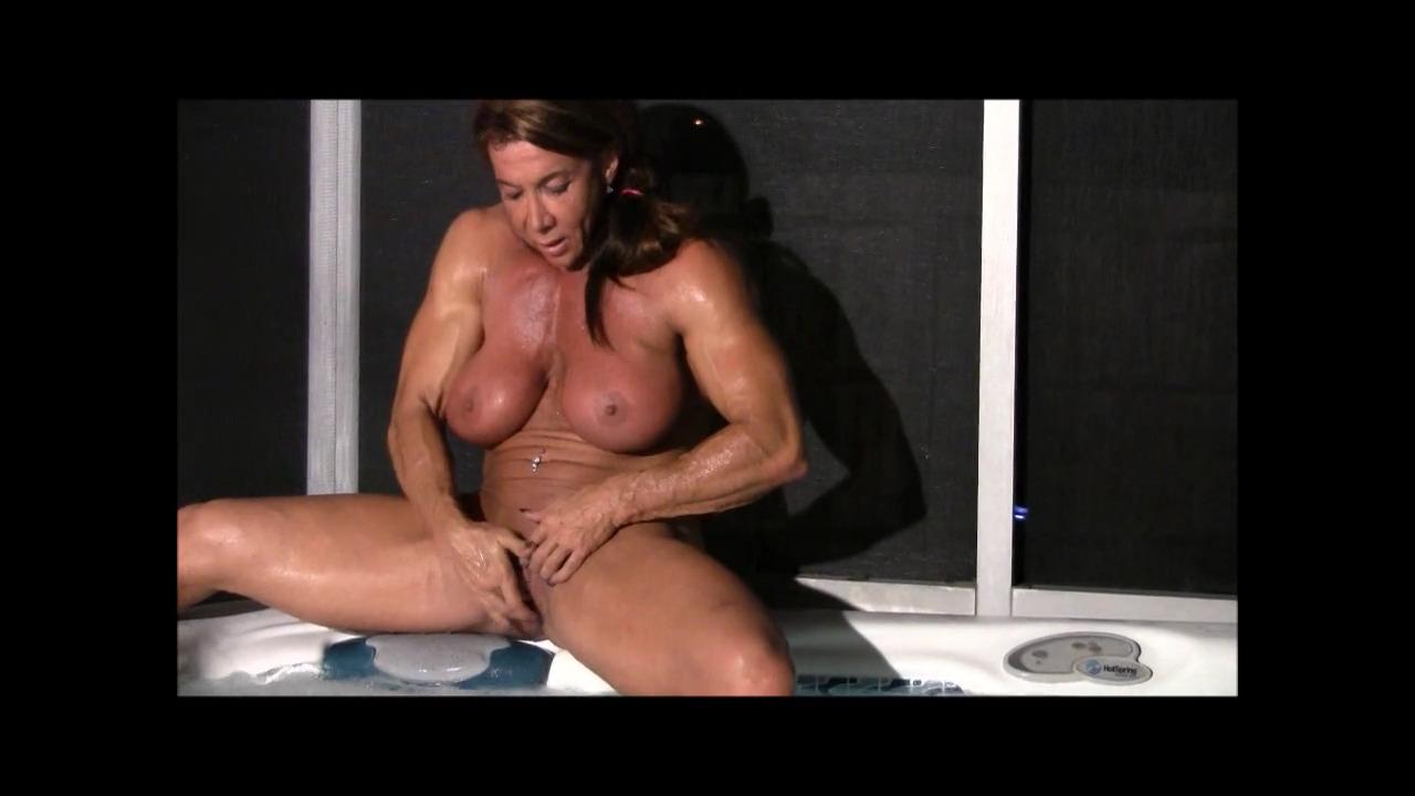 Мускулистая зрелка мастурбирует в джакузи