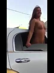 Показывает попку и сиськи из окна лимузина