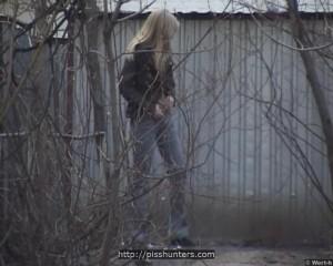 Подглядел из-за кустов за писающей блондинкой