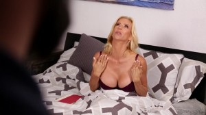 Лесби секс сочной милфы и молодой блондинки