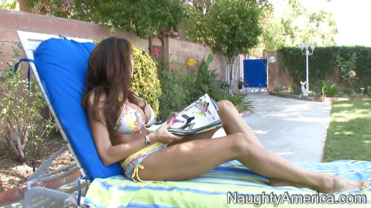 Знойная мамочка Ariella Ferreira расслабляется с соседским парнишкой