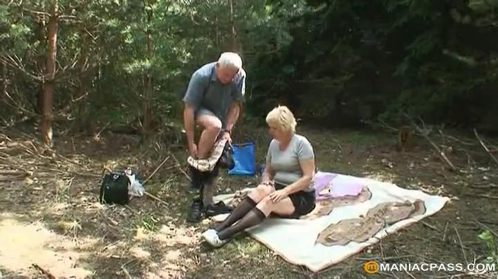 Пожилая пара и молодая спортсменка ебутся в лесу