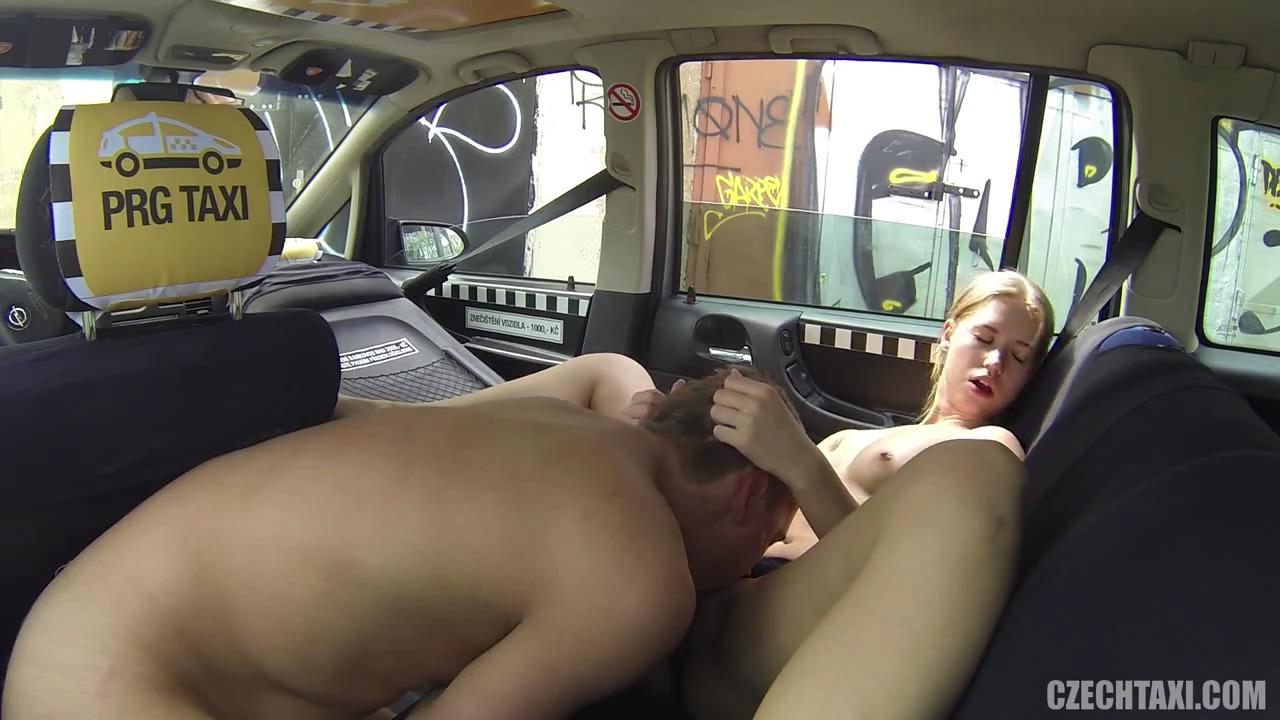 Выебал молодую блядь на заднем сиденье в такси