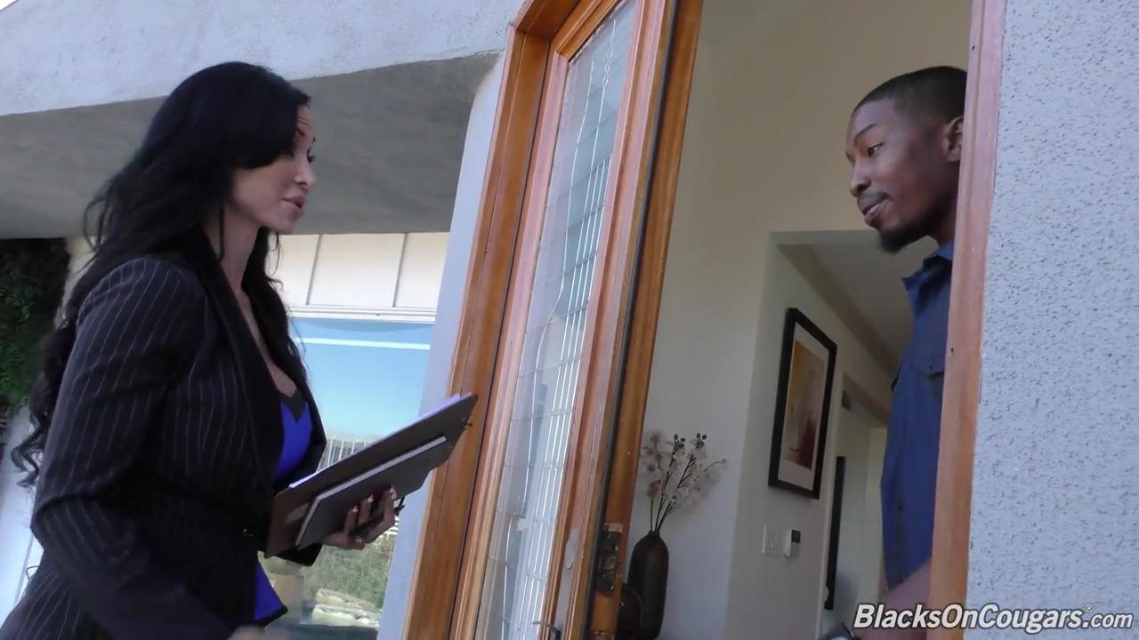 Два негра выебали зрелую агента по недвижимости