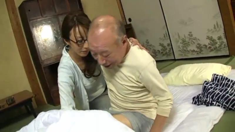 Одинокая японская медсестра и пожилые мужчины