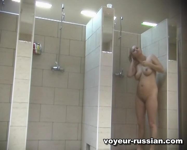 Женщины моются в общественном душе