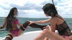 Две любовницы отдыхают на яхте
