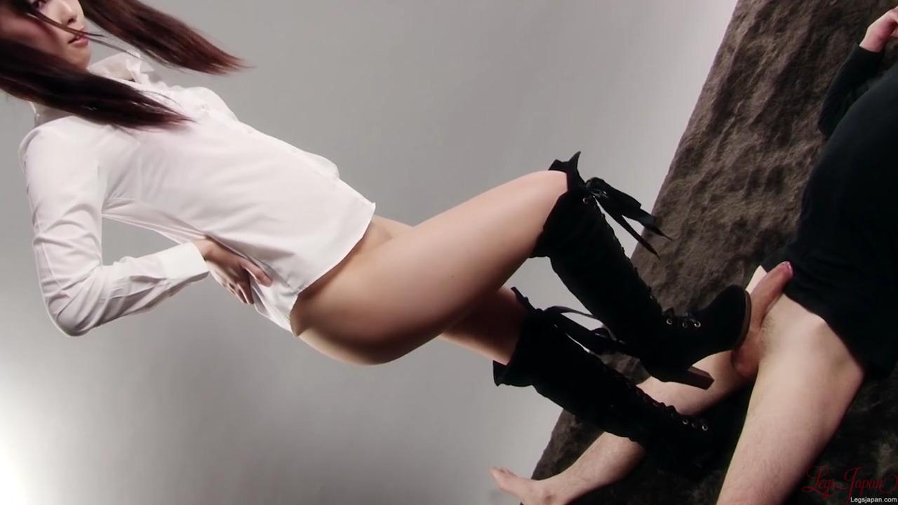 Японка с голым лобком трогала сапогами член мужчины и дала ему кончить себе на обувь