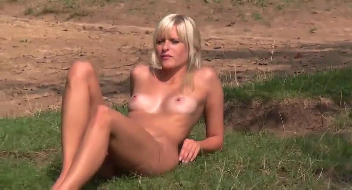Блондинка отсосала катаясь в резиновой лодке на озере