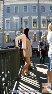 Под юбками молодых русских девчонок гуляющий по городу