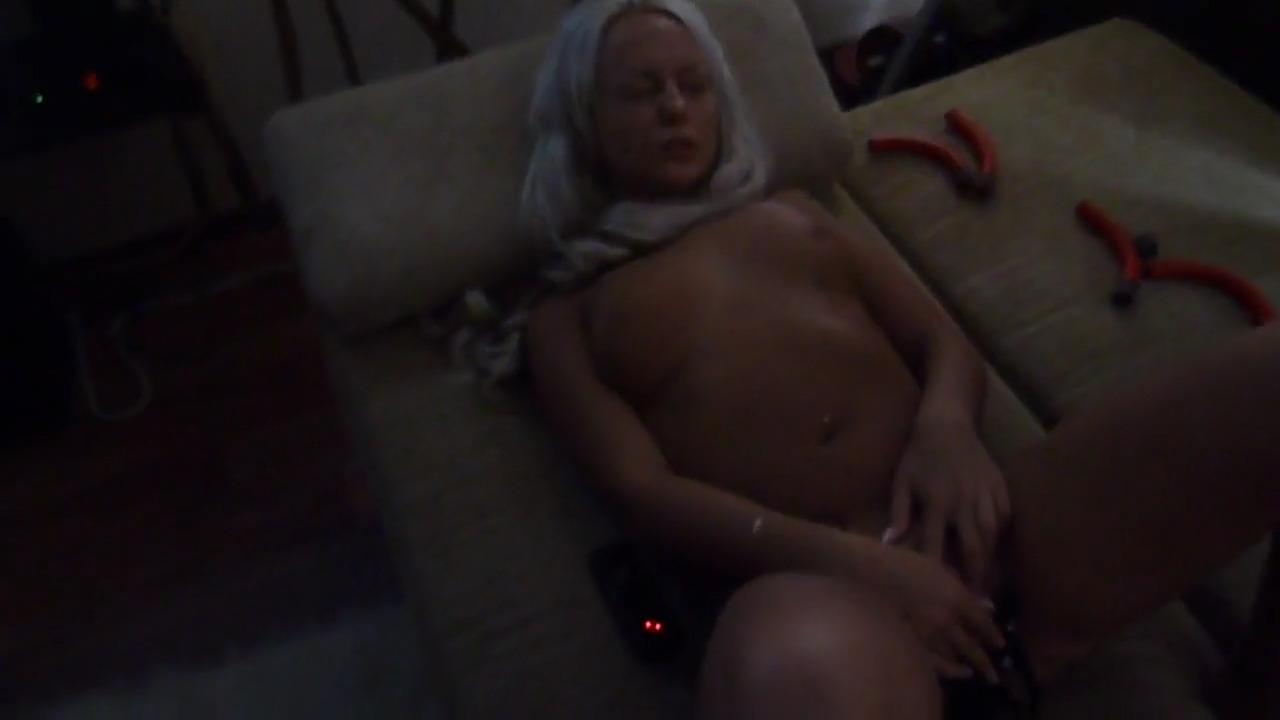 Смотрит как подружка мастурбирует вибратором, не выдерживает и вдувает ей