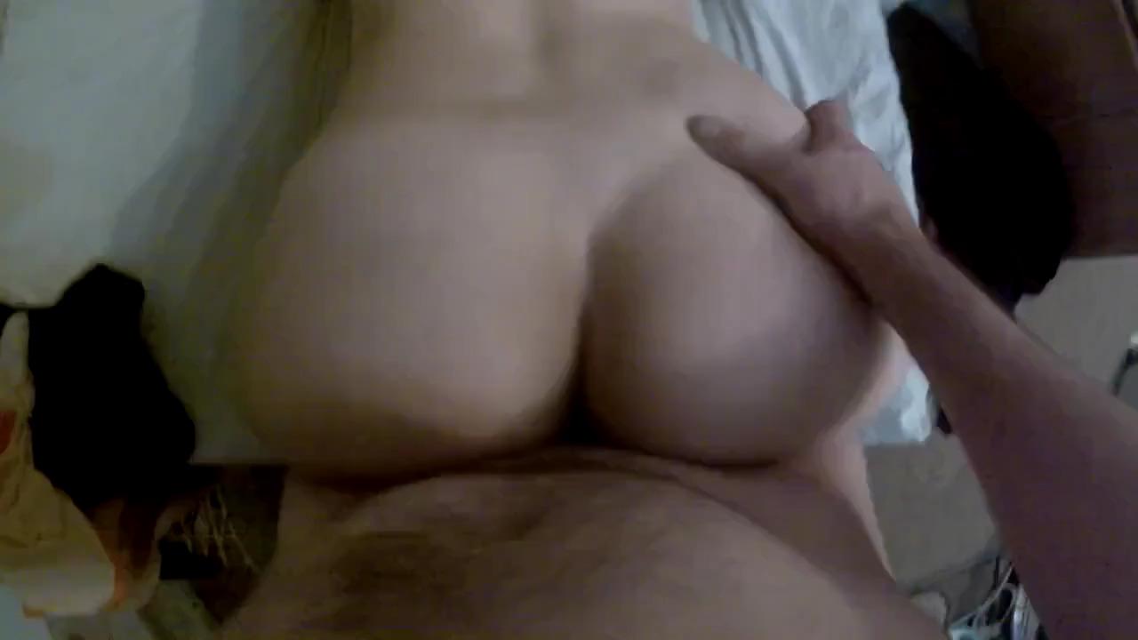 Долбит жену раком на кровати