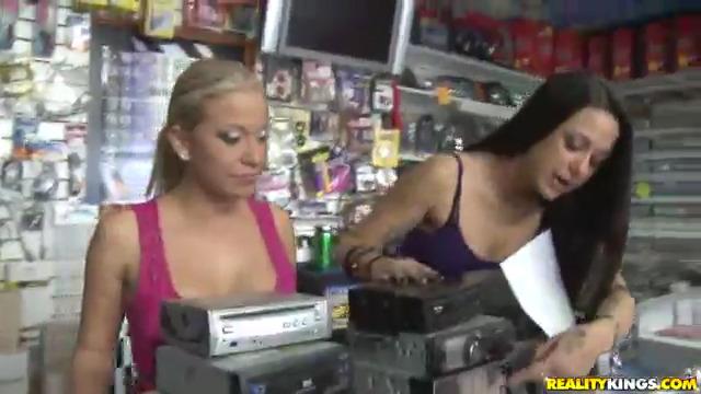 Предложили продавщицам потрахаться за деньги, они согласились