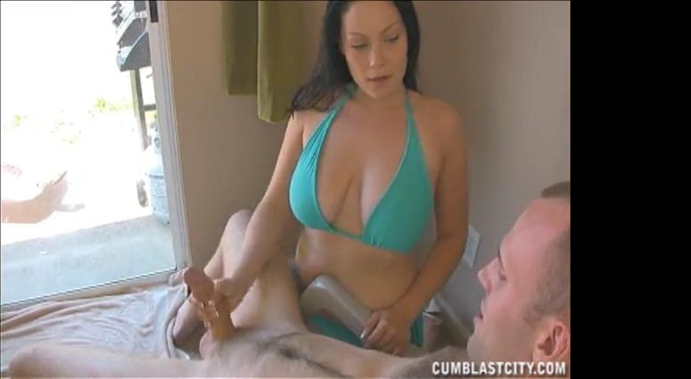 Женщина дрочит мужчине, который смотрит на загорающую телку и нереально кончает